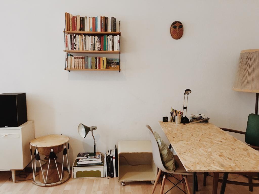 Berliner Wohnzimmer Mit Bcherregal Tisch Und Trommeln Wohnung In Berlin KreuzbergBerlin
