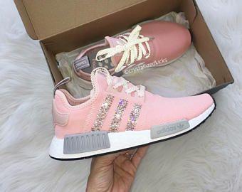 Corredor De Nmd De Adidas Hecho Con Cristales De Swarovski Xirius Rosa Gris Rosa Blanco Adidas Shoes Addidas Shoes Sneakers