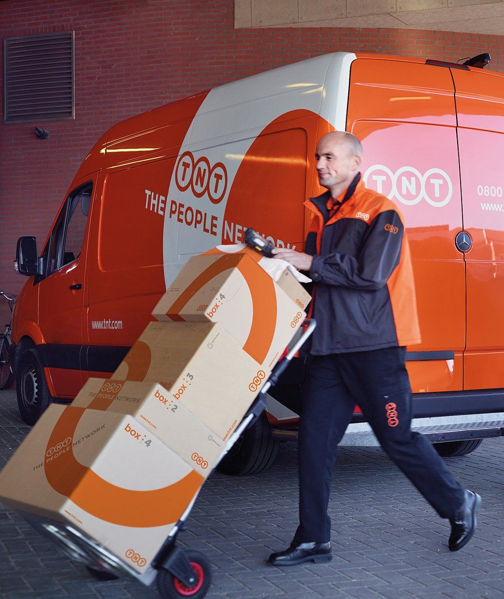 TNT delivering parcels Vliegtuig