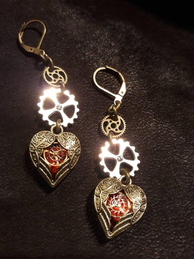 Steampunk hart oorbel met rode steen Steampunk en Brons