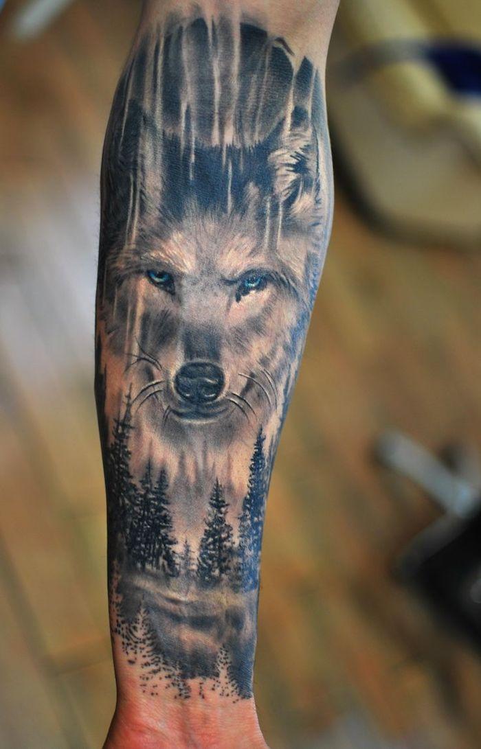 tatouage homme, art corporel en encre sur le bras, tatouage loup aux yeux  bleus, idée tattoo pour homme