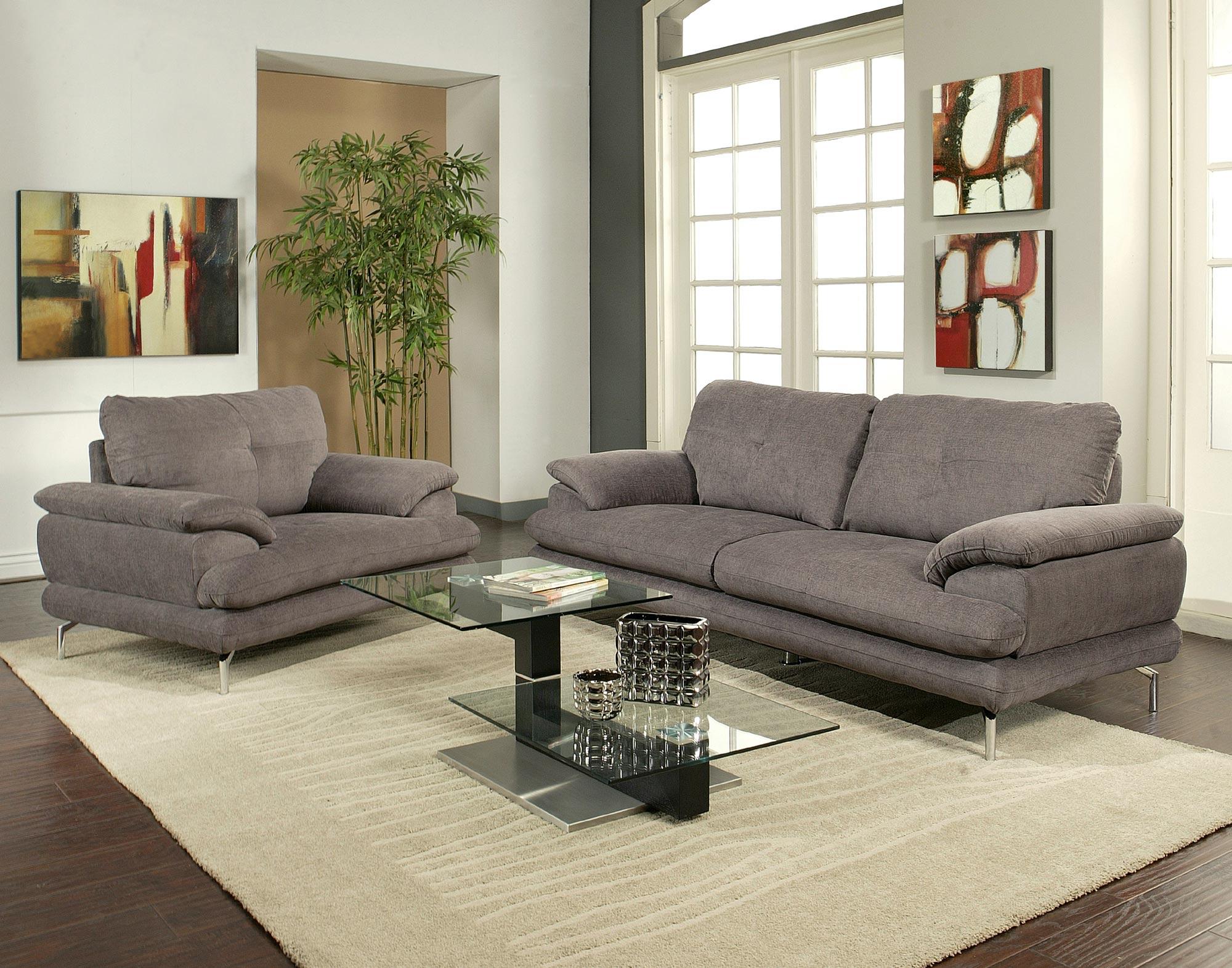 Коричневый угРовой диван с рисунками цветов в интерьере гостиной в