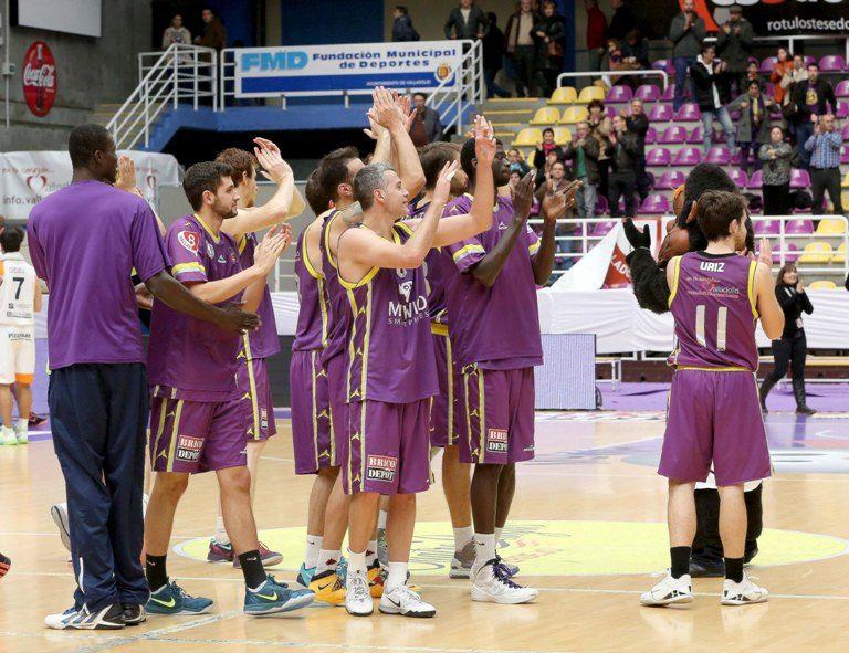 Los jugadores vallisoletanos aplauden a su afición al finalizar el disputado e igualado encuentro ante Oviedo.