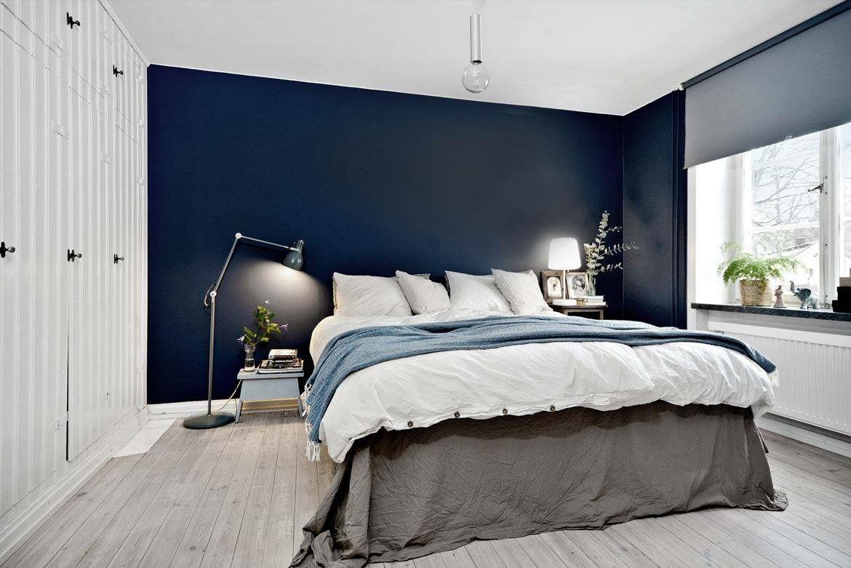 dark blue accent wall in bedroom  slaapkamerideeën