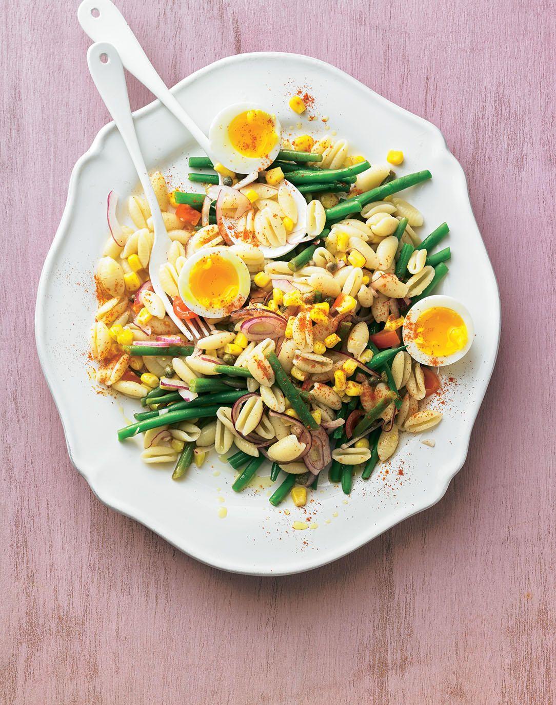 Lauwarmer Nudelsalat mit Garnelen, Avocado, Tomaten und Ei