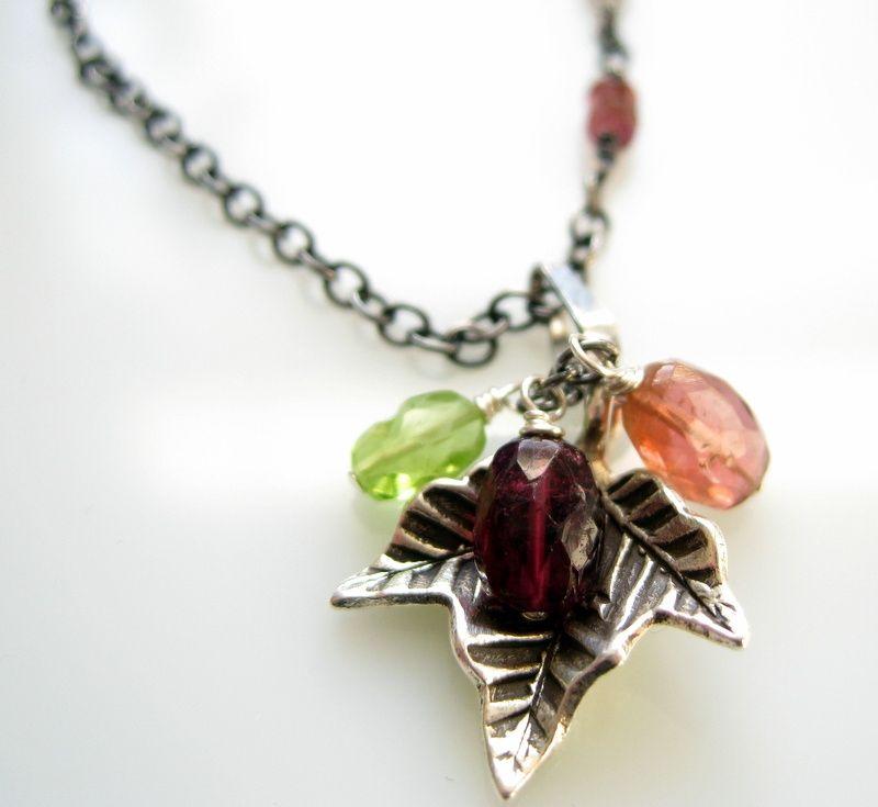 halskæde i sterlingsølv med blad i finsølv og facetslebne turmalin i pink og grønt