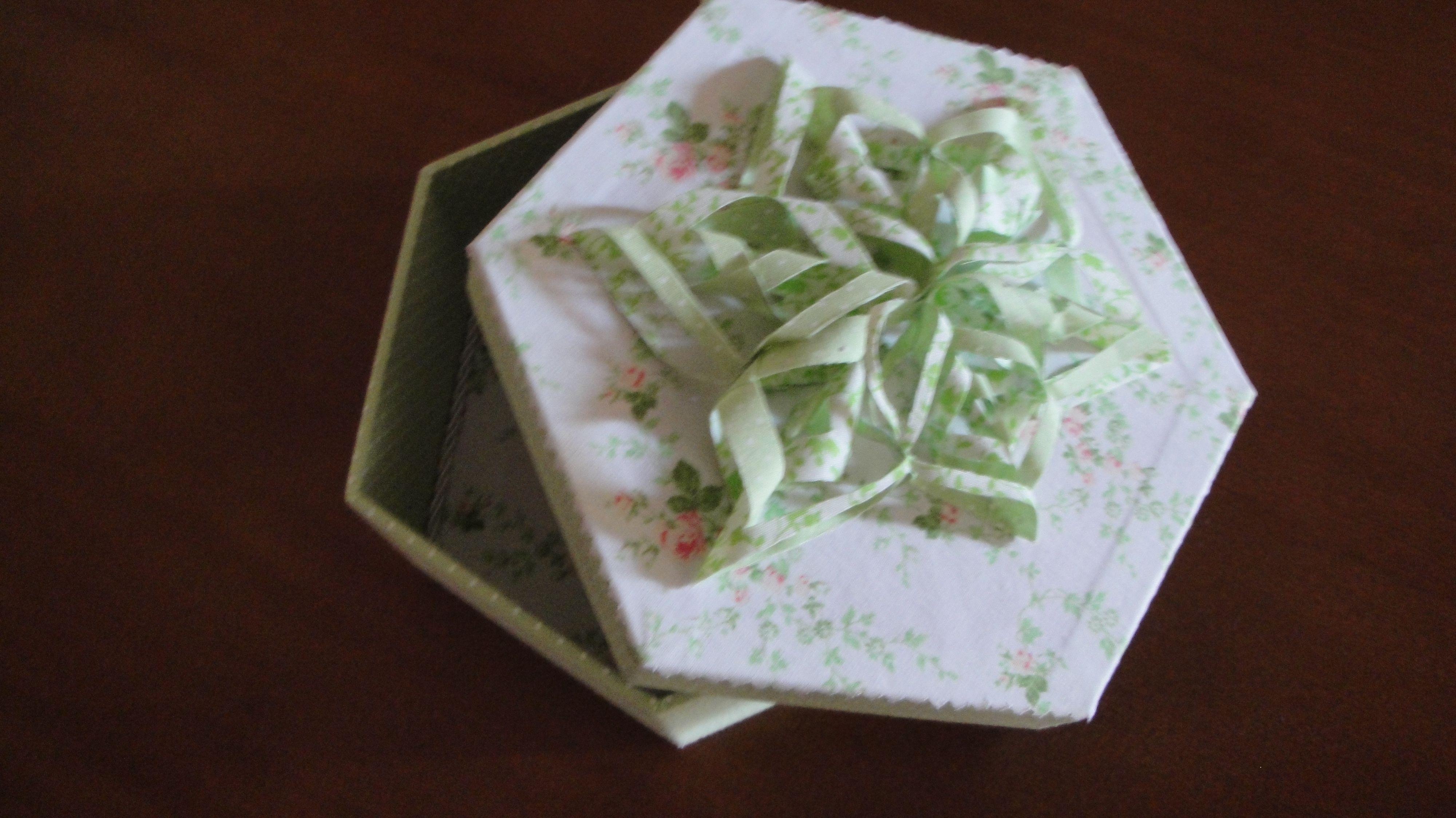Caixa Sextavada com Estrela em Origami de Tecido