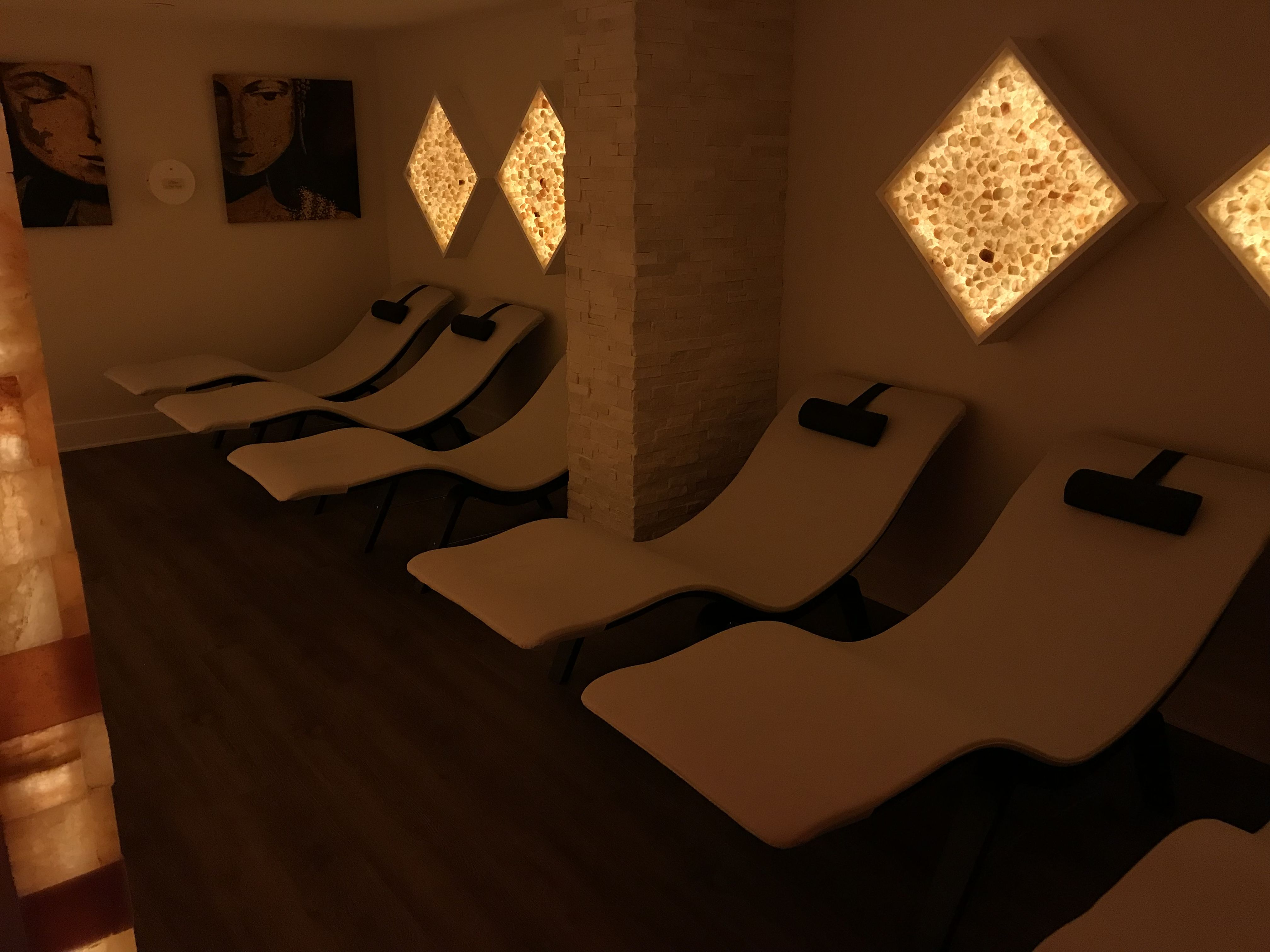 Relaxation area with zero gravity loungers in the salt