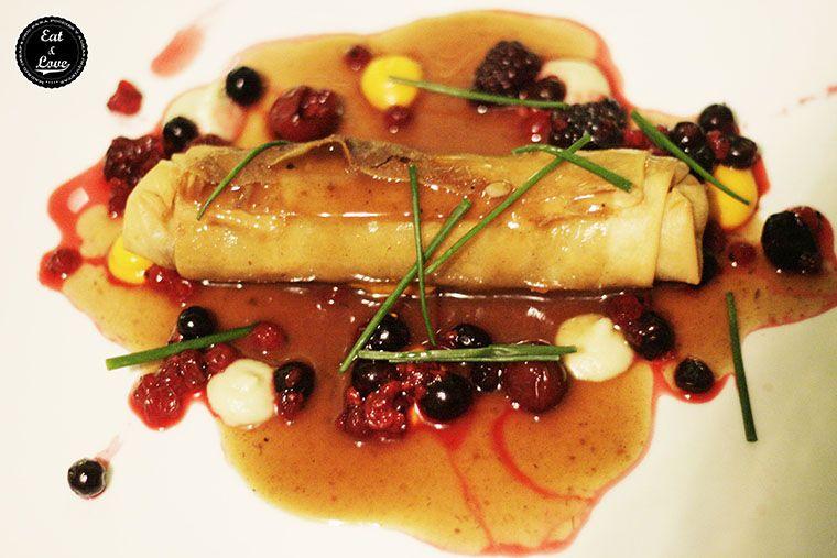 Pato crujiente con manzana y ensalada micro en Charlie Champagne restaurante neotaberna Madrid