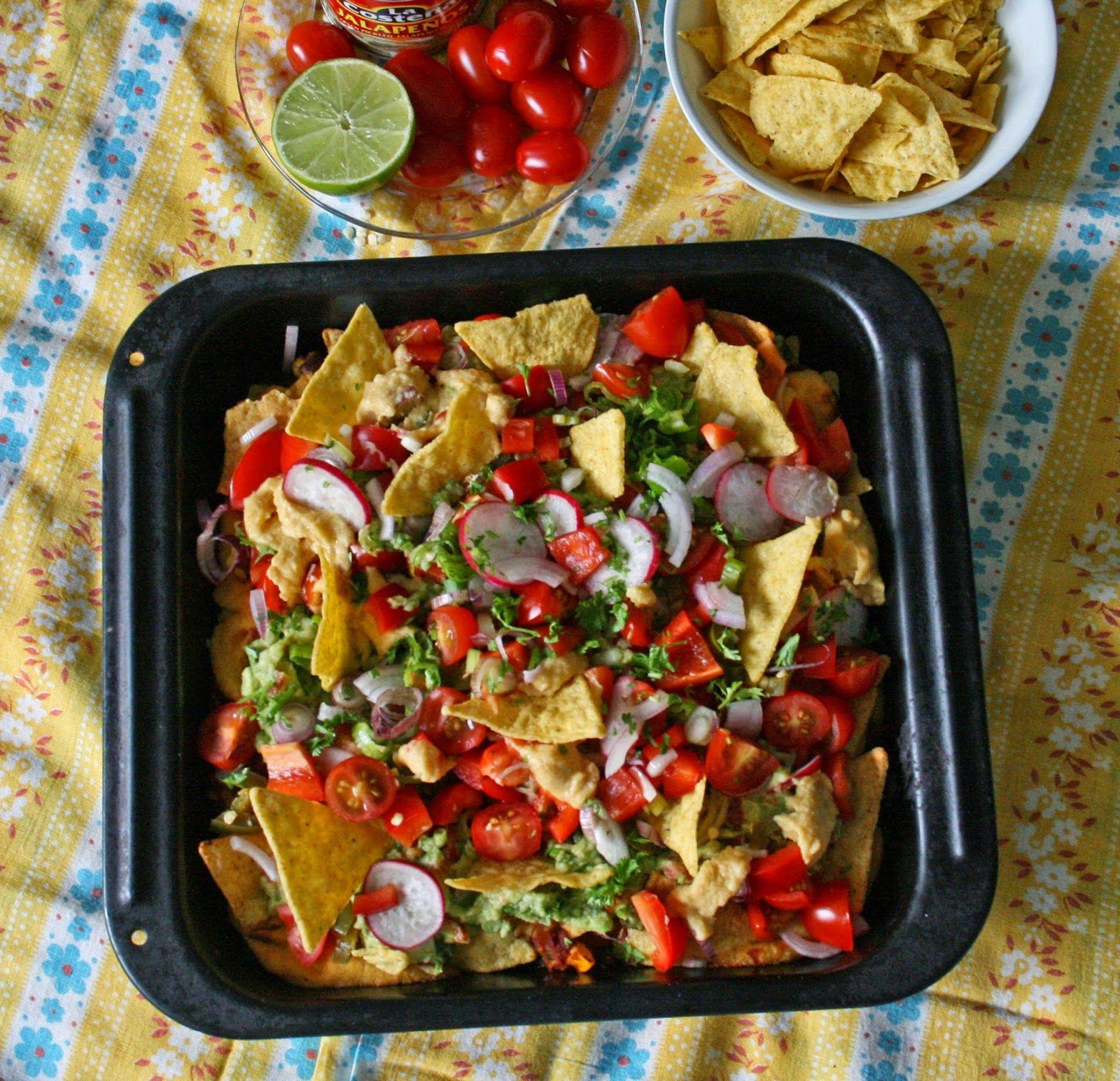 "Oven baked nachos with black beans, guacamole, fresh veggies and vegan nacho ""cheese"" sauce. Vegan, gluten free - by Maikin mokomin"