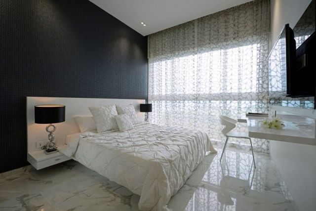 Luxus Schlafzimmer Klein Schwarze Akzentwand Marmor Bodenfliesen Weißes Bett