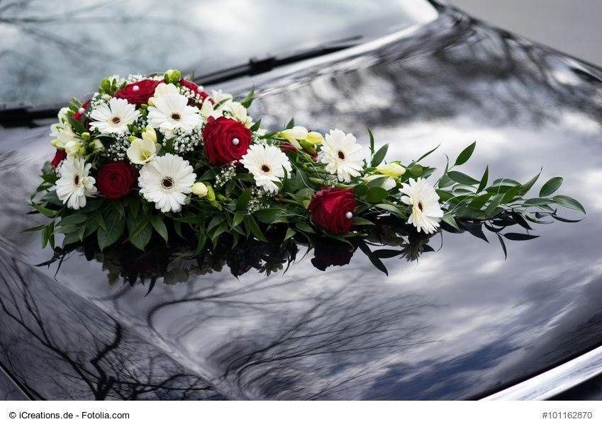 Kleines Autogesteck Mit Frischen Blumen Fur Das Hochzeitsauto Die