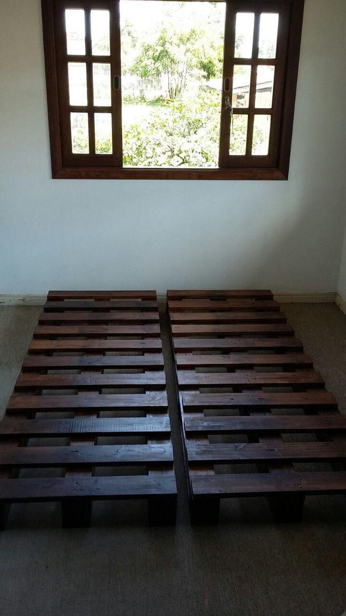 Móvel composto de duas bases feitas de pallets de 1,90cm x 0,70 cm, de madeira de pinus maciça, tratada e certificada, reaproveitada de pallets industriais. <br>Pode ser usada como sofá/cama, 2 camas de solteiro ou cama de casal. Envernizado com verniz fosco ou brilhante, nos tons natural, mogno ou imbuia. <br>Produto feito e envernizado a mão. <br>Móveis de pallets são uma tendência pois focam a sustentabilidade e o consumo consciente, com o reaproveitamento de madeira rejeitada.