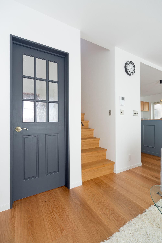 鮮やかなブルーのキッチンが印象的 素材を活かした北欧ナチュラルな家
