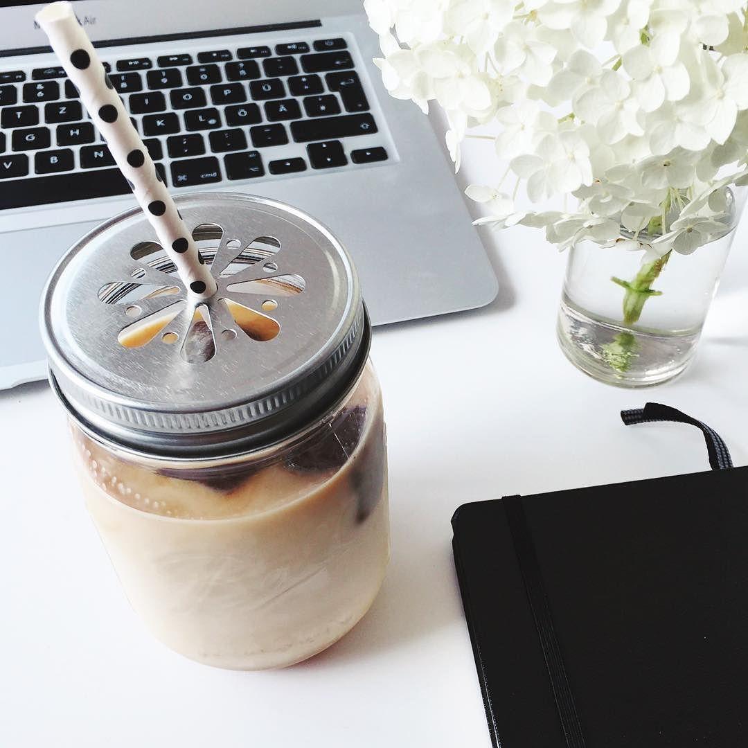 Oh so süchtig nach meinem homemade Iced Vanilla Latte  Espresso in Eiswürfelform einfrieren ins Glas packen minimal Vanillesirup drüber mit viel kalter Milch auffüllen und genießen  Wird immer leckerer je länger man es trinkt weil der Kaffee herrlich schmilzt. Und schmeckt besonders gut in den Ball Gläsern   ______________________________________ #Icedlatte #icedcoffee #espresso #diy #coffee #kaffee #icedvanillalatte #vanillalatte #hydrangea #leuchtturm #desksituation #balljars #ballmasonjar