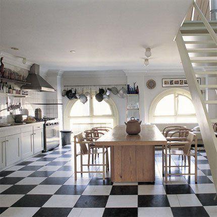 Cuisine-salle à manger avec grande table centrale en bois, chaises - Table De Cuisine Avec Plan De Travail