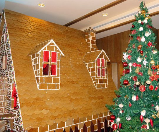 Look Life Sized Gingerbread Houses Gingerbread House Gingerbread House Decorations Make A Gingerbread House