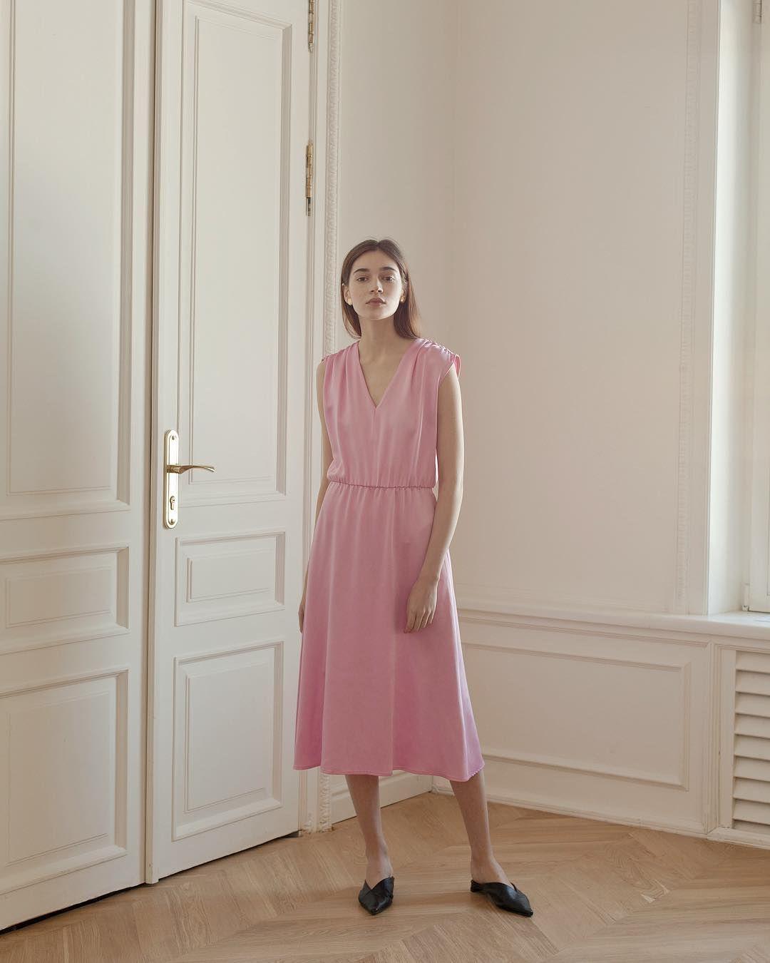 eb8c3a1250e Когда же ещё носить нежно-розовый как ни летом  Платье длины миди с резинкой