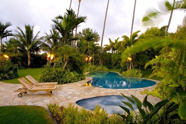 tropischer garten zwei pools sonnenliegen palmen fakeln steinweg - gartengestaltung reihenhaus pool