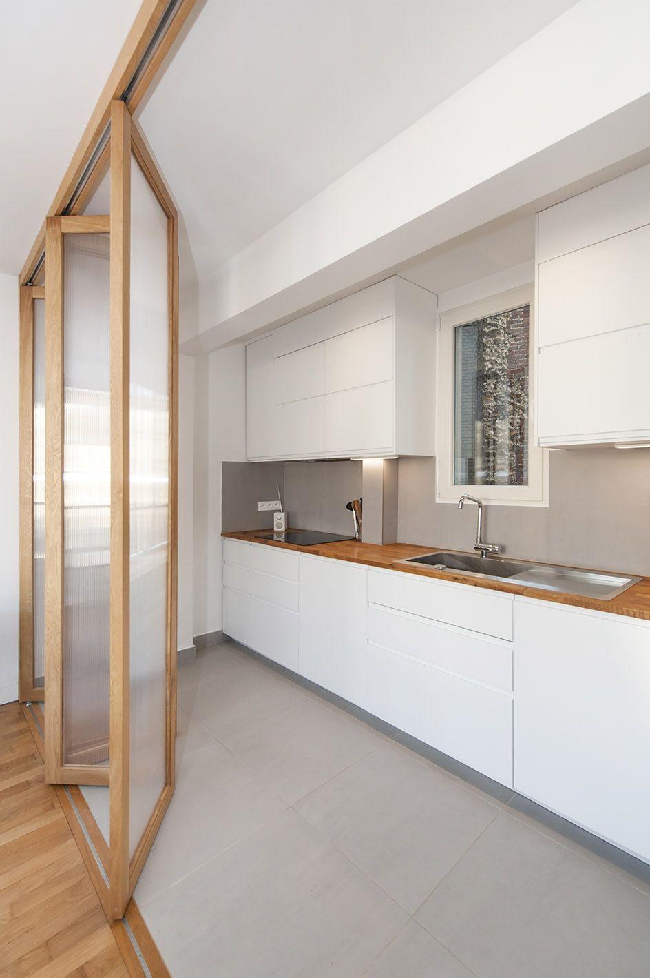 Renovation D Un Appartement A Paris Cuisine Cuisine Ouverte Verriere Porte Accordeo En 2020 Portes Coulissantes Modernes Cuisine Moderne Design Salle De Bain Design