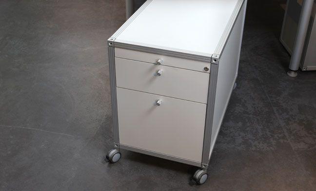 Rollcontainer    AluOffice Rollcontainer mit integriertem Hängeregister erleichtern die saubere Aufbewahrung von Dokumenten. Die Schubladen mit raffinierter Inneneinteilung sind abschliessbar und haben einen Dämpfungseinzug. Ein Materialschieber dient jeweils als oberste Schublade. Die Rollcontainer sind mit und ohne Rollen lieferbar.