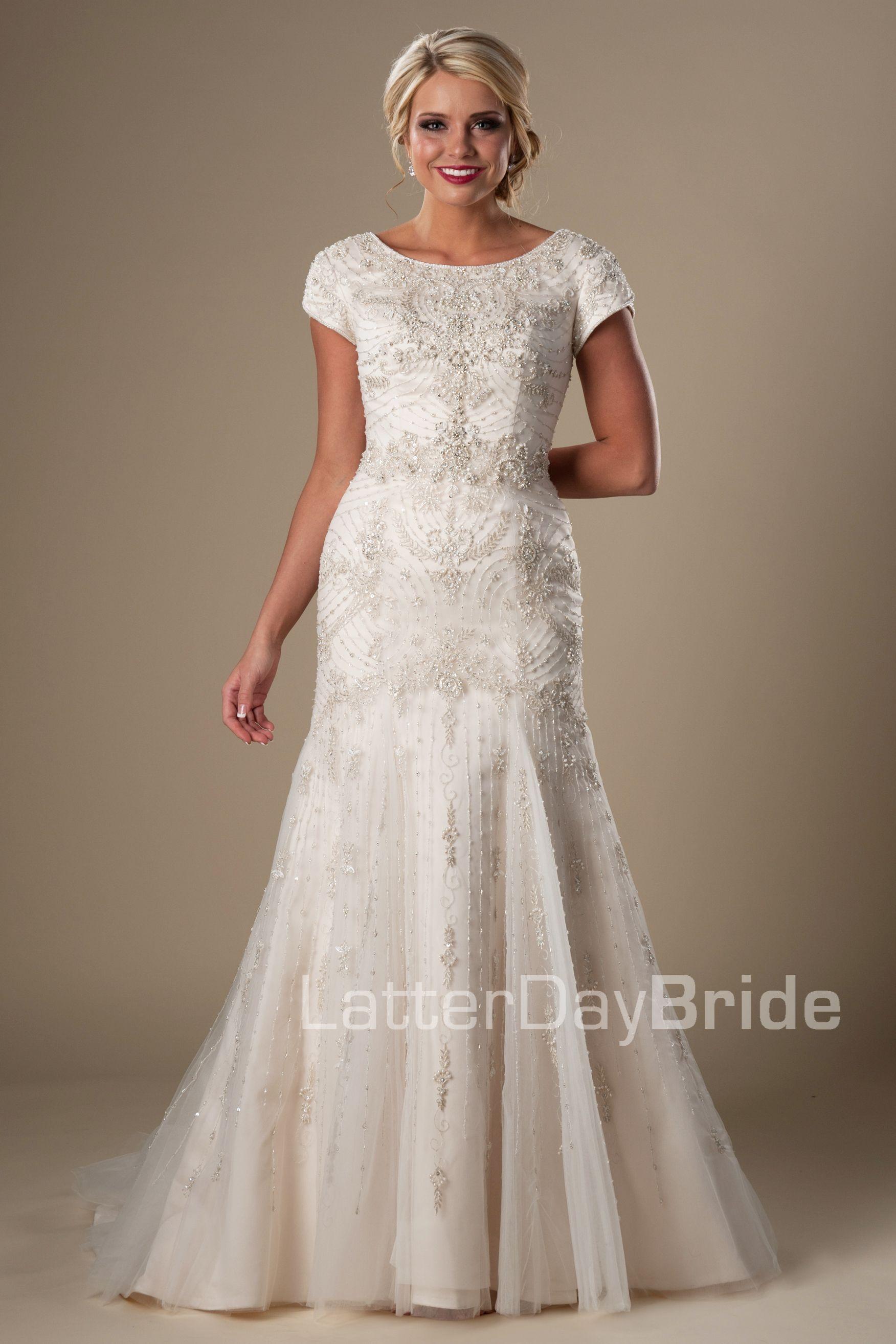 Brautkleid nach Maß aus Edler Spitze mit Schleppe | Brautkleid nach ...