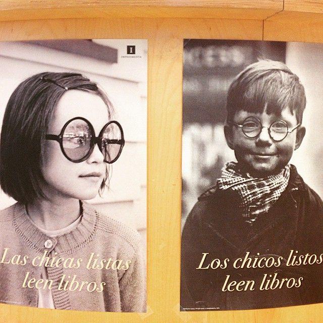 Meravellós pòster de l' Editorial Impedimenta: Los chicos listos leen libros / Las chicas listas leen libros.