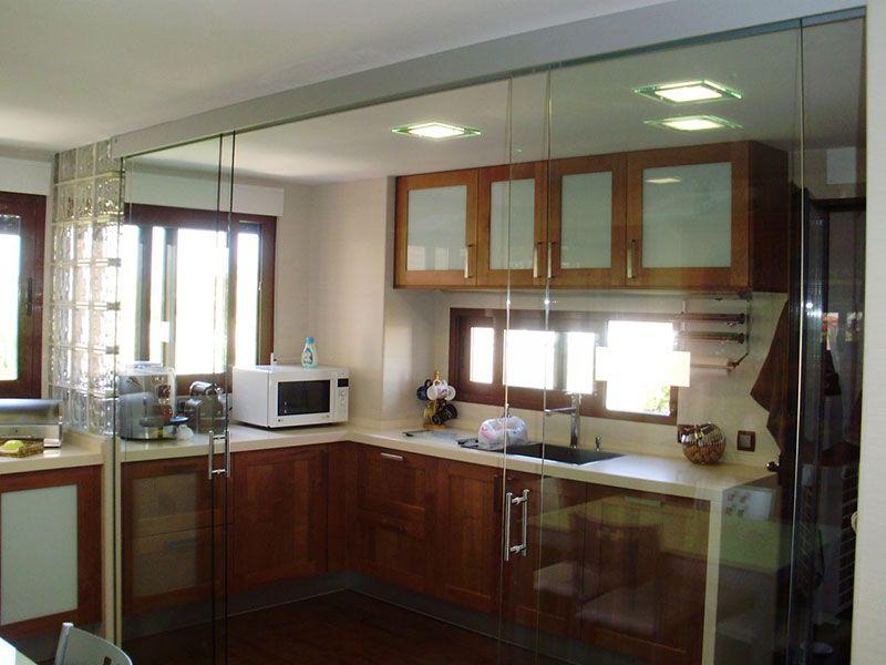 Ejemplo de cocina con puerta de cristal corredera - Puerta cocina cristal ...