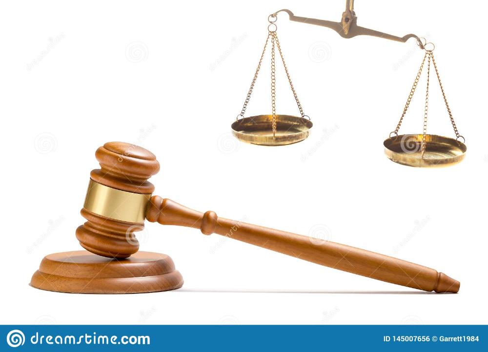 Martillo De Madera Del Mazo Del Juez Y Escalas De Cobre Amarillo De La Balanza Del Juez De La Ley De La Justicia Aisladas Martillo De Madera Del Mazo Martillos