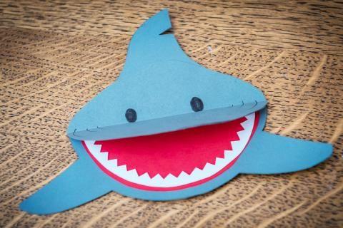 Photo of Kindergeburtstag: So bastelt ihr eine Hai-Einladungskarte