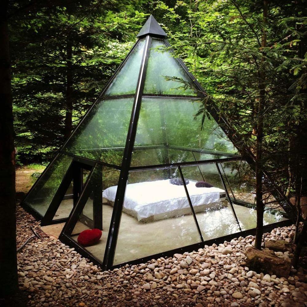 La pyramide transparente offre un hébergement insolite original et créatif