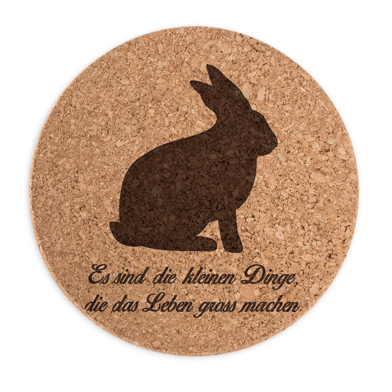 Untersetzer Kork Rund Hase aus Kork  Natur - Das Original von Mr. & Mrs. Panda.      Über unser Motiv Hase  Hasen sind bei Kindern sehr beliebte Haustiere und auch auf Wiesen kann man den Hasen sehr oft beobachten. Früher eher wegen seinem Fell und als Mahlzeit gehalten, erfreuen sich Hasen in der Zwischenzeit großer Beliebtheit und sind nicht nur während der Osterzeit ein gerne gesehenes Accessoire. Ein Ostern ohne den Löffler ist nicht auszudenken. Osterhasen liegen schon seit Jahren im…