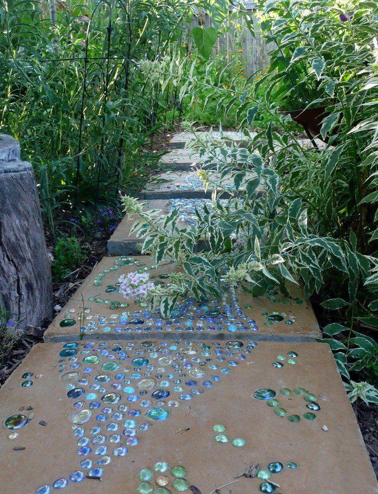alle de jardin en bton et mosaique de verre color en bleu et vert et vgtation