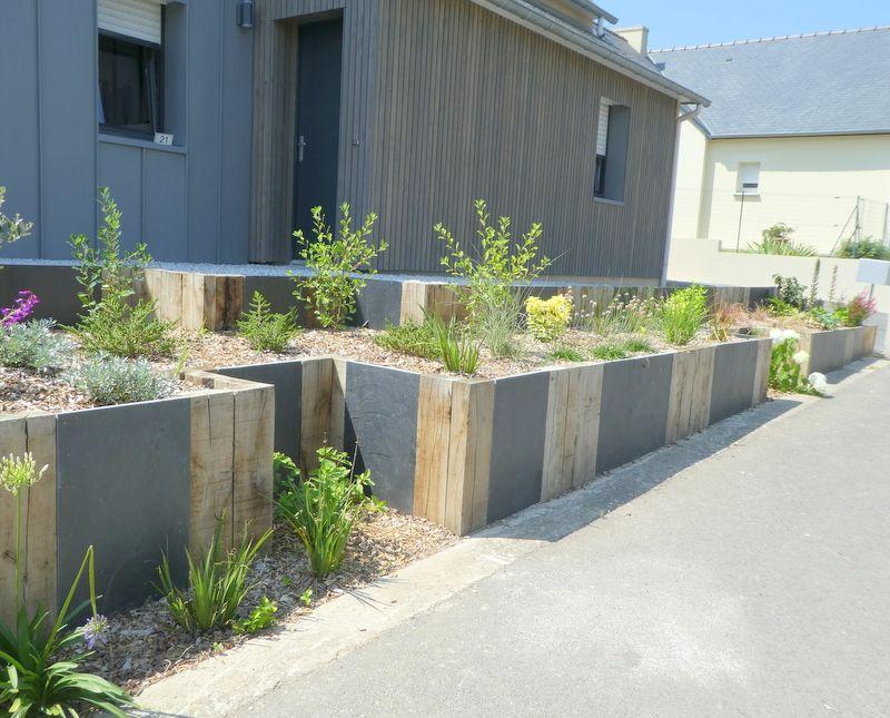 Retenue De Terre Fleurie En Poutres De Chene Et Palis Ardoise Amenagement Jardin Bordure Jardin Bois Jardiniere En Pierre