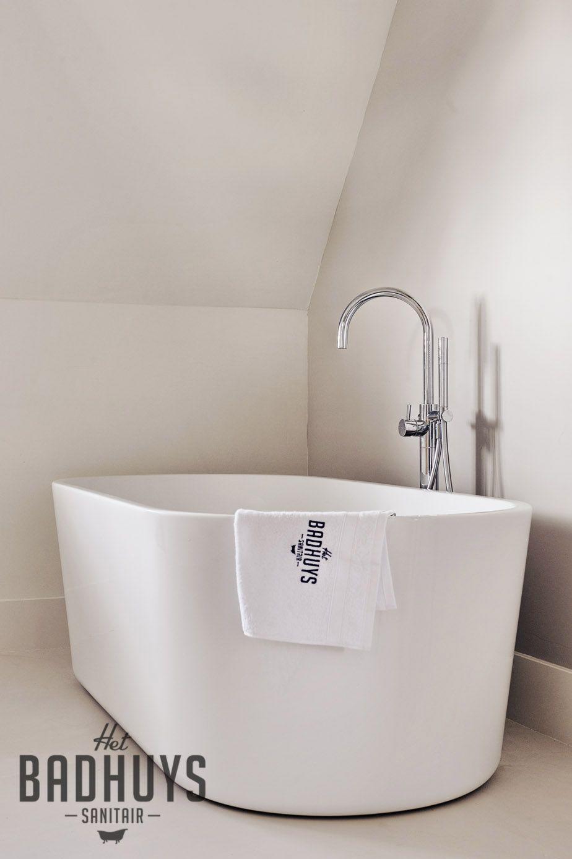 luxe badkamer met vrijstaand bad en ruime inloopdouche het