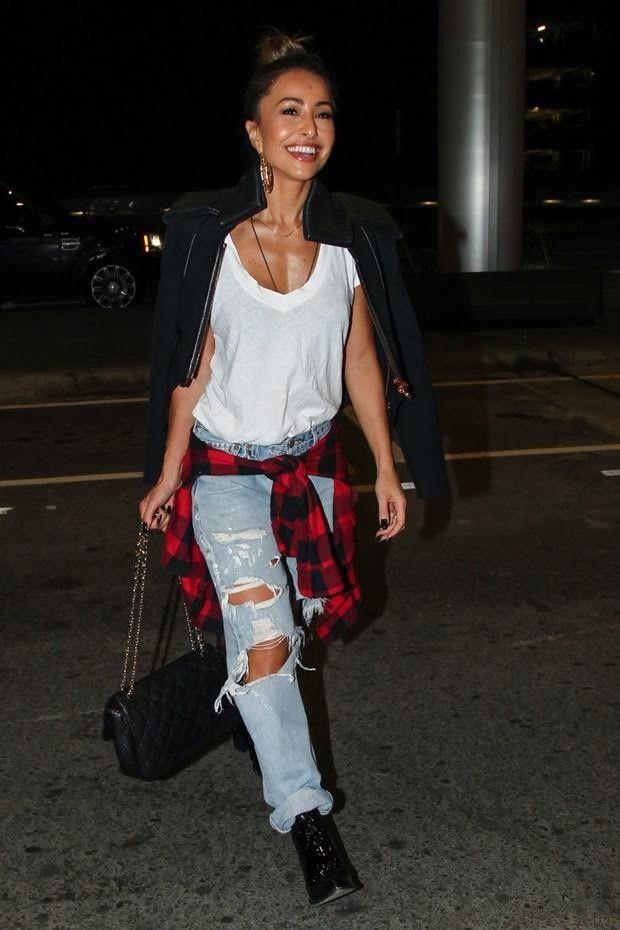 Look de ponte aérea da Sabrina Sato, camisa flanelada, botinha e  Chanelzona, receita do sucesso, sem erro! 39d9f26d53