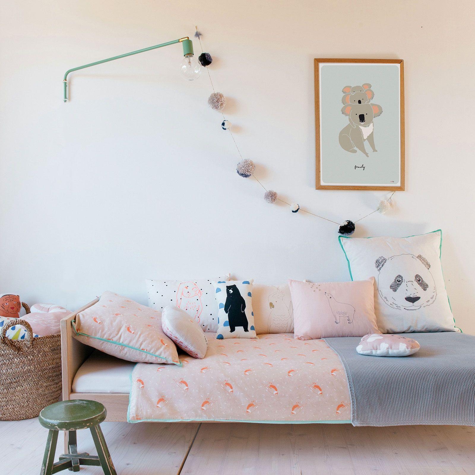 guirlande de pompon bleue longueur 160 cm mimi 39 lou c. Black Bedroom Furniture Sets. Home Design Ideas
