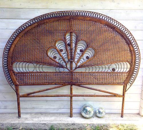 Brocante décoration bohème chic esprit vintage dans une chambre avec cette magnifique tête de lit ancienne en rotin dit Peacock