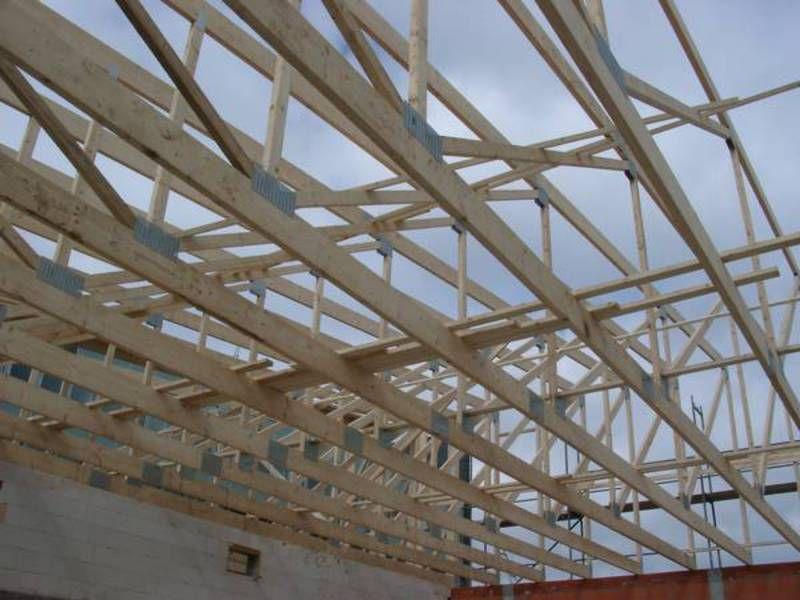 Blick Von Unten Durch Dachstuhlkonstruktion In Den Himmel