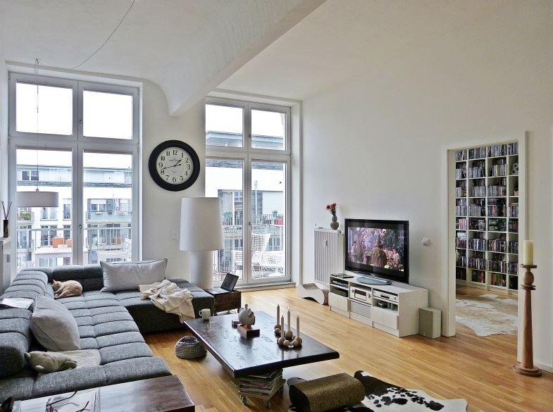 Schönes Wohnzimmer: Holzboden, Parkett, weiß, Uhr, Bücher, Couch ...