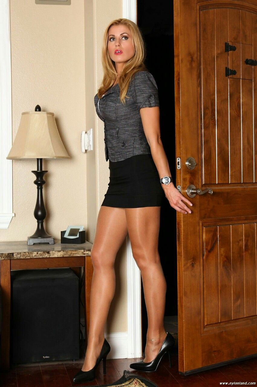 Long leg blond milf in nylos