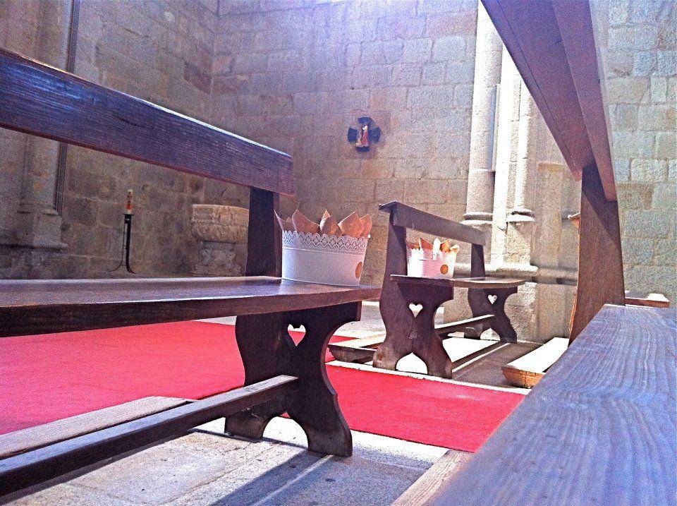 cesto com pétalas e arroz nos bancos da igreja