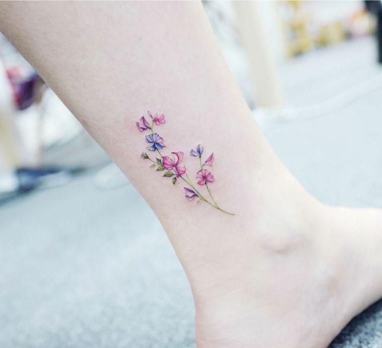 Idee tatuaggi piccoli, tattoo colorato con disegno di fiori sulla caviglia  di una donna