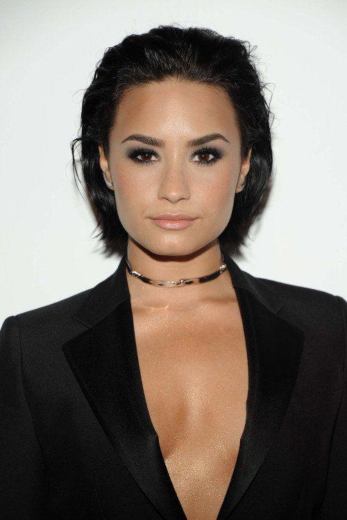 7 Times Demi Lovato Nailed Her Bob Haircut Makeup Tutorials Demi Lovato Hair Demi Lovato Short Hair Wet Look Hair