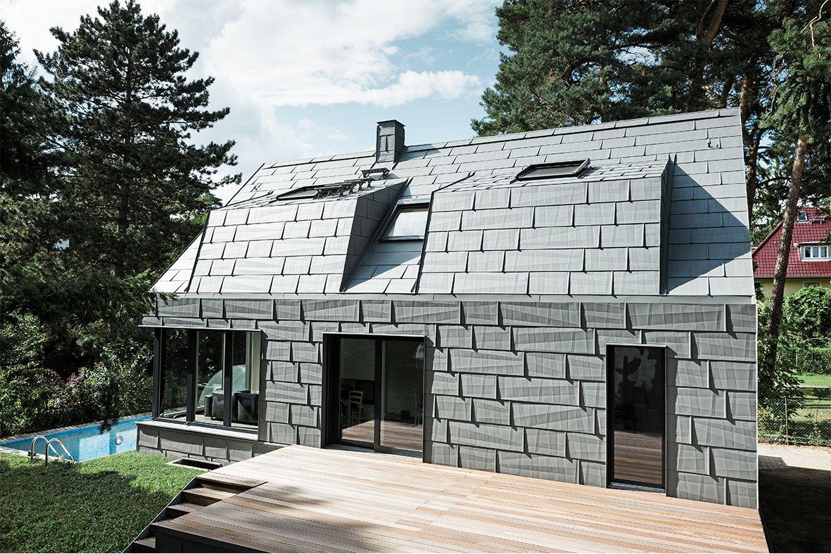 Modernes Einfamilienhaus Mit Gaube Und Holzterrasse Mit Aluminiumfassade  Und Aluminiumdach, Mit Dach  Und Fassadenpaneel