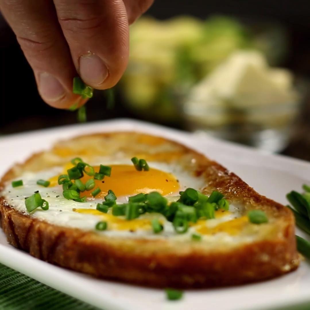 Gefüllt mit Ei, gespickt mit Käse: Mahlzeit, es ist Avocado-Brotzeit!
