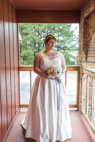 Beautiful Lace Wedding Dress With A Simple And Elegant Wedding