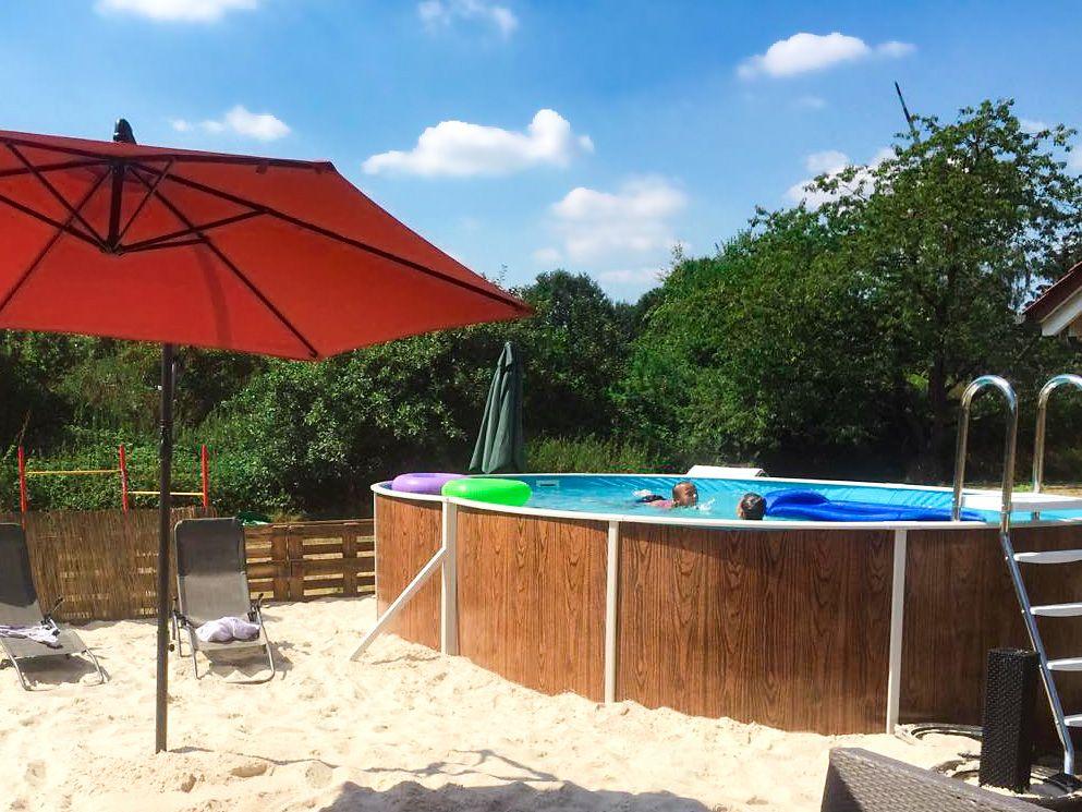 Ein Eigener Sandstrand Fur Zuhause Dabei Kommen Unsere Ovalpools Mit Holzdekor Besonders Gut Zur Geltung Pool Swimmingpool Patio Umbrella Patio Outdoor
