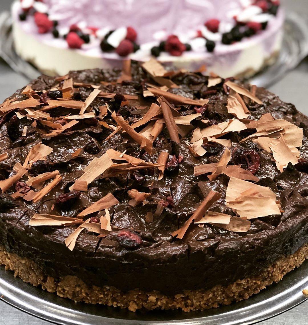 Heute gibts eine vegane Triologie... unseren Banane-Blaubeer-Schokoladen Klassiker, unsere Cheesecake mit Cassis und neu einen Schokomousse-Cranberry-Kuchen mit einem Haselnuss-Dattel Boden... Happy Weekend!