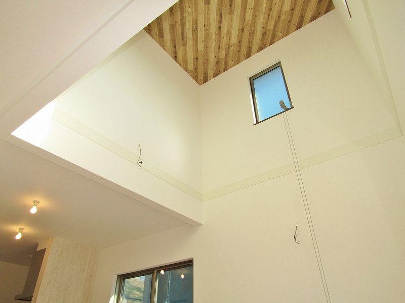 天井の木目調クロスが印象的 大きな吹抜けで隅々まで明るいldk 建築